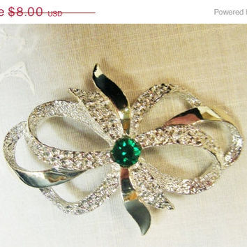 Gerrys Green Bow Brooch   Silver Tone Pin    Emerald Green Center   Polished Metal   Textured Metal