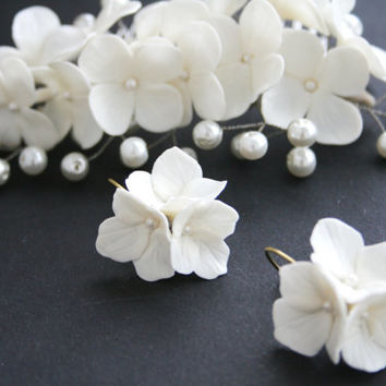 Bridal flower comb - white hydrangea. Wedding flower headpiece. Bridal hair flower. Clay hair flower. Bridal comb hair. Wedding flower comb.