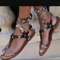Hot style is a hot seller of cross-strap flat toe sandals for women