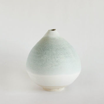 Decorative pottery vase with white and green gradation