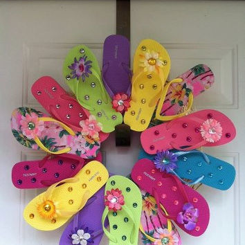 Adorable Wreath made of Flip Flops! Great for Beach House or just fun summer decoration!