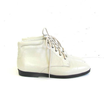 80s white leather ankle boots. granny boots. women's size 8