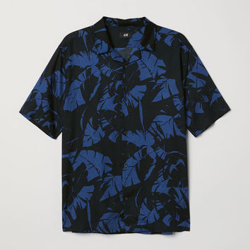 Relaxed Fit Resort Shirt - Black/blue patterned - Men | H&M US