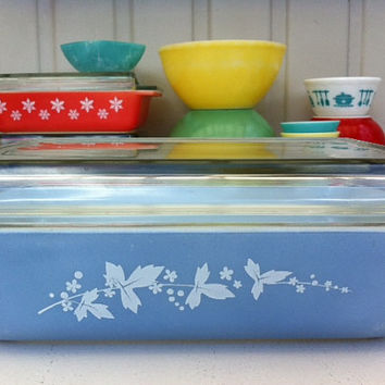 Pyrex Hawthorn Space Saver!! Rare, powder blue JAJ Pyrex, 2 quart oblong casserole with lid!  ReTrO KiTcHeN!