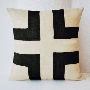 Ivory White Burlap pillow with black burlap applique - Cream Black Decorative cushion cover- gift pillow- Spring Throw pillow 18X18