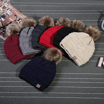 Original New Unisex CC Trendy Hats Winter Knitted Fur Poms Beanie Label Fedora Luxury Cable Slouchy Skull Caps Fashion Leisure B