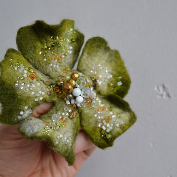 Wool Felt Flower Pin Brooch Moss Green and White,Green Floral Corsage Pin,Felt Brooch,Felted Gift Idea,Handmade Art Pin,Embroidered Flower