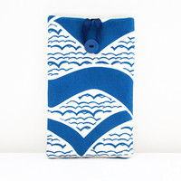 Kindle padded case , 7 Inch tablet e-reader sleeve cover in blue wave fabric , hand printed fabric