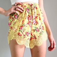 FESTIVAL YELLOW LILY FLORAL WRAP CROSSOVER SCALLOPED LACE HEM SHORTS 6 8 10 12