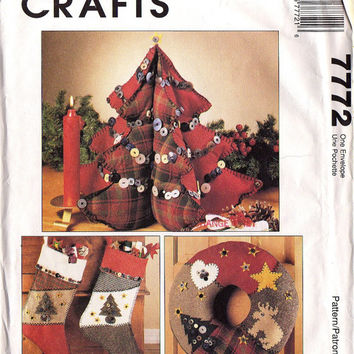 1995  CHRISTMAS HOME DECOR - Sewing Pattern - McCall's 7772 - Country-Style  - Tree Centerpiece, Wreath, Stockings, Ornaments  -  Uncut
