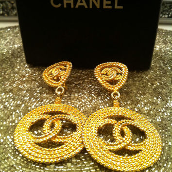 RESERVE For Shelly //// Do Not Buy //// 80s Vintage CHANEL PARIS cc Logo Dangling Earrings