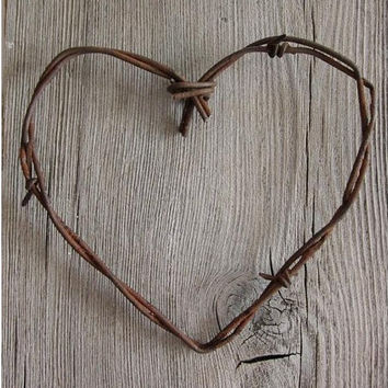 Simple Barbed Wire Heart . rustic wedding decor / diy wedding decor . barn wedding