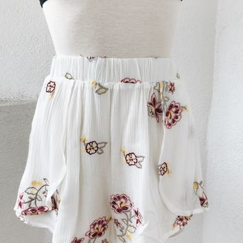 FLOWER FIELD DOUBLE LAYERED FLOW SHORTS- WHT