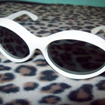 Vintage 60s 70s White Plastic Frame Bug Eye Sunglasses Rockabilly Mod GoGo Pin Up Girl
