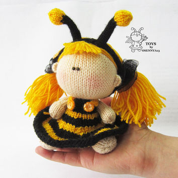 Pebble doll Bee - knitting pattern (knitted round)