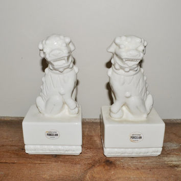 Vintage Foo Dogs Pair of White Porcelain Foo Statues Blanc de Chine Foo Dog Statue Asian Chinoiserie Fu Dogs Glossy Porcelain Lion Statues