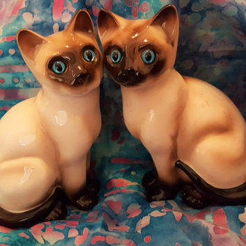 A Gorgeous Vintage Pair of Enesco Siamese Cats Figurine from the 1960s