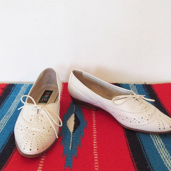 Women's Vintage 1980s Van Eli / Vaneli Oxfords White Leather / Perforated Top / Lace Up Shoes Size 6