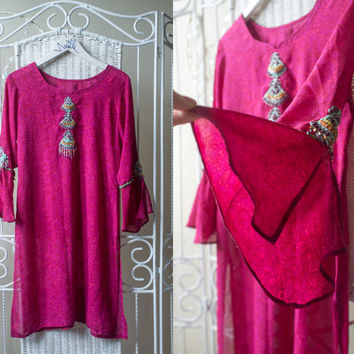1970s beautiful fuchsia/ pink mod dress / tunic with ethnic, hippie beaded // angel sleeves // FREE SHIPPING.