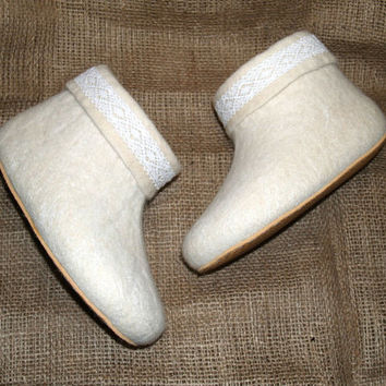 Wool slippers for women. Felt slippers. Felted wool house shoes. White with lace.