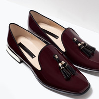 Glossy flat shoes