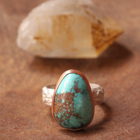 t u r q u e s a // bisbee turquoise gemstone ring // size 5 // irregular hand-cut copper bezel // sterling silver wildflower band // natural