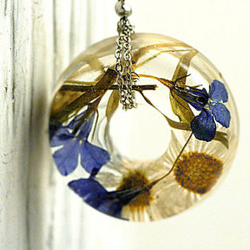Real Flowers Donut Necklace. Blue lobelia and daisy flowers in resin, silver chain. Ecofriendly nature jewelry for her.