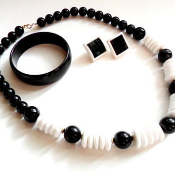 Black and White Mod Chunky Set Necklace Earrings Bangle Bracelet Vintage Plastic 1980s