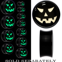 Grinning Jack O' Lantern Glow in the Dark Saddle Plug in Black Acrylic | Body Candy Body Jewelry