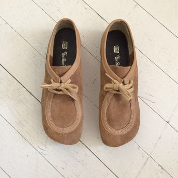 1970s tan suede shoes / tan wallabies / platform suede shoes