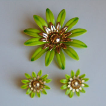 Sarah Coventry vintage jewelry green daisy flower brooch and clip-on earrings set demi-parure