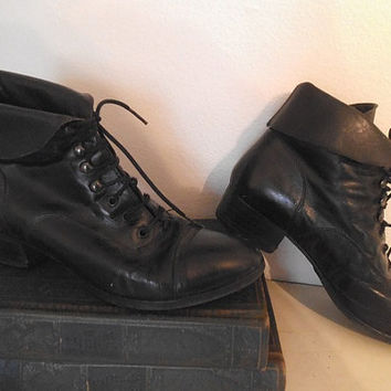 Vintage Black leather boots ~ Woman's size 7 M ~ Granny Boots ~ Lace Up Ankle ~ Roll Top