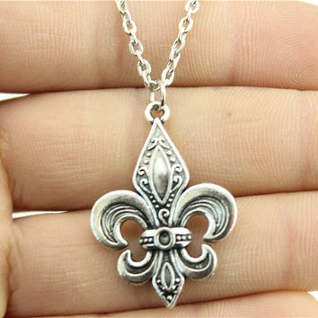 WYSIWYG vintage antique silver Bronze plated 33*23mm fleur de lis pendant necklace