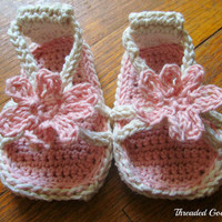 Crocheted off white pink flower sandals for baby girl, baby gift, birthday gift, summer baby sandals, white pink baby shoes, babyshower gift