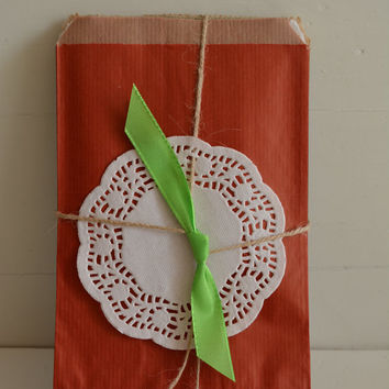 Set of 10 Red, 10 Green, 10 Off white, 10 Blue and 10 Kraft paper favor bags---For your party favor, small holiday presents or wedding favor