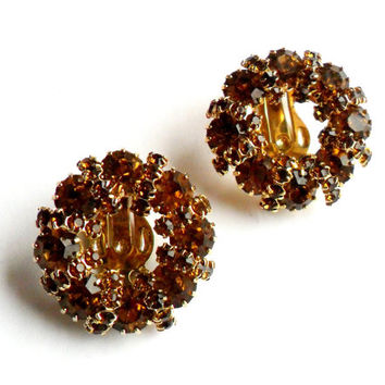 Weiss Topaz Wreath Clip Earrings Vintage Rhinestone Orange Brown Amber Circle Glitz Glamour Gold Tone Unsigned Autumn Fall