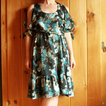 Vintage dress | Dark floral 1970s boho dress with split sleeves