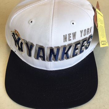 AMERICAN NEEDLE NEW YORK YANKEES RETRO WHITE AND NAVY FLAT BRIM SNAPBACK HAT