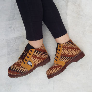 brown Java Batik shoes US 7 women canvas ankle boots, handmade Rangkayo casual sneakers ethno