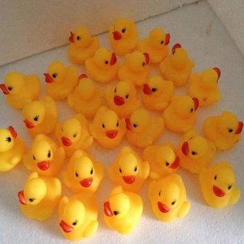 100pcs/lot  Mini Bath Duck Sound Floating Rubber Ducks Squeeze-sounding Dabbling Toy Rubber Duck Classic Toys
