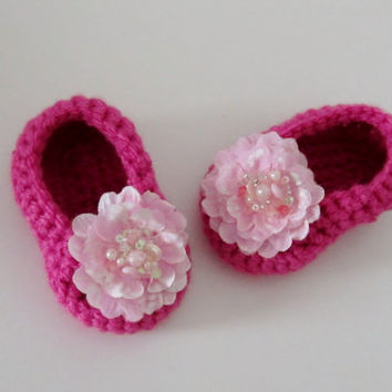 Crochet girl booties with beaded flower, crochet pink booties, crochet shoes with flower, pink crochet shoes,  baby girl shoes