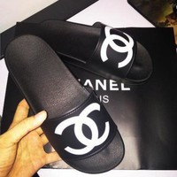 Chanel new fashion cool slippers CC flat, flat bottom, soft surface, wearable rubber beach, cool women.