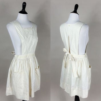 Lucia apron // 70s natural ivory cream eyelet lace trim dolly babydoll style pinafore apron // tie back cute // size M