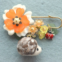 Needle felted hedgehog pin, hedgehog brooch, handmade woodland theme jewelry, woodland animal brooch, whimsical accessories, gift under 20