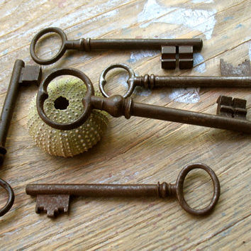 Large  Vintage Ornate Keys - Victorian Old  Keys - 5 Genuine Iron Skeleton Keys (T-90).
