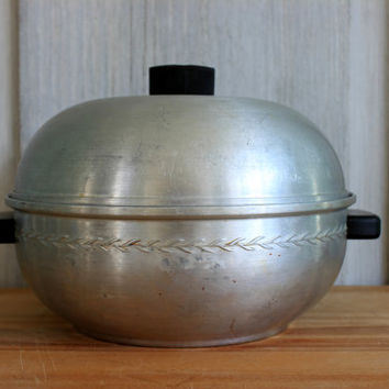vintage bun warmer // serving oven // west bend aluminum // bakelite handles and knob