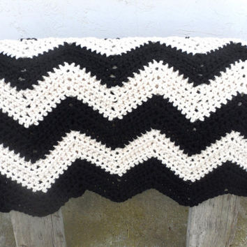 Black and White Zig Zag Chevron Afghan - Thick Warm and Cozy in Wool Blend by Tejidos on Etsy