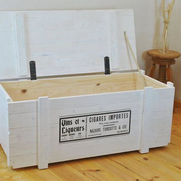 Big white trunk coffee table with vintage print | side board | chest | crate | storage bench | table | bar | steamer trunk | wooden | shabby
