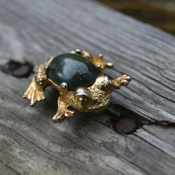 Cute vintage frog/toad gold and agate brooch