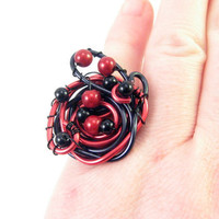 Ring in wire wrapped aluminium and beads black and red by alufolie